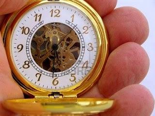 793101-celebrar-manos-de-oro-reloj-de-bolsillo-el-control-de-la-hora