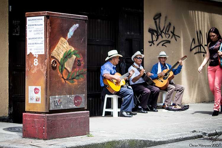 Pintura de Lienzo Al Son de la Música en las Calles de Pereira
