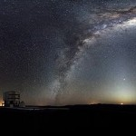 Panorámica nocturna de la vía lactea vista desde la plataforma de Paranal, hogar del telescópio gigante ESO.
