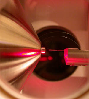 Haz de iones por electrospray en un espectrómetro de masa.